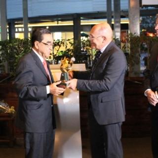 """""""Recibo este premio con mucho orgullo, sobre todo porque admiro y respeto el trabajo y legado de quienes ya han recibido este reconocimiento"""", expresó don César Daniel Funes en su discurso de agradecimiento."""